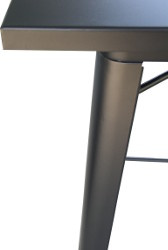 Detail TOLIX-Party-Metall: Schwarze Metall-Tischplatte und schwarzes Untergestell