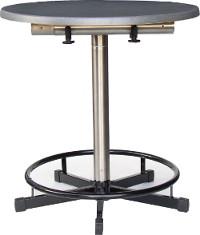 Praktisch als Sitztisch: Einfach das nicht benötigte Rohr unter der Tischplatte fixieren